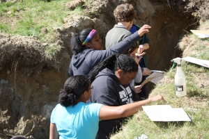 A team analyzes soil at the Soil ecostation.
